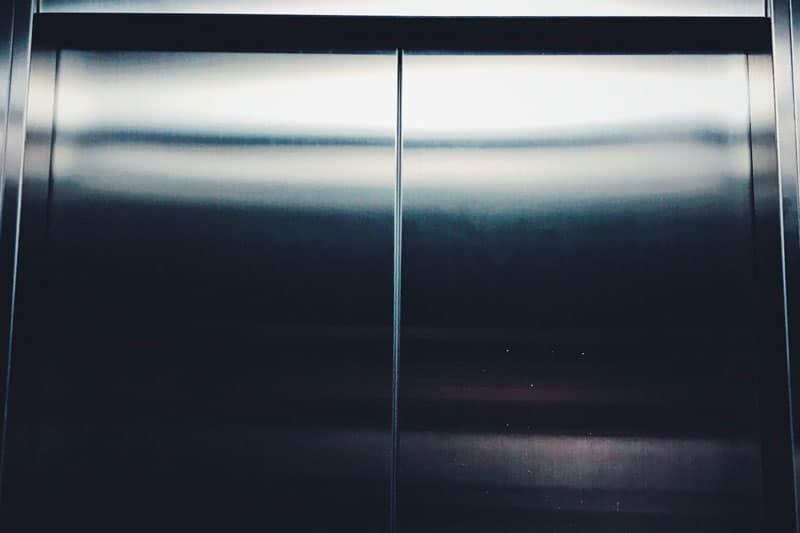 Partes de un ascensor eléctrico